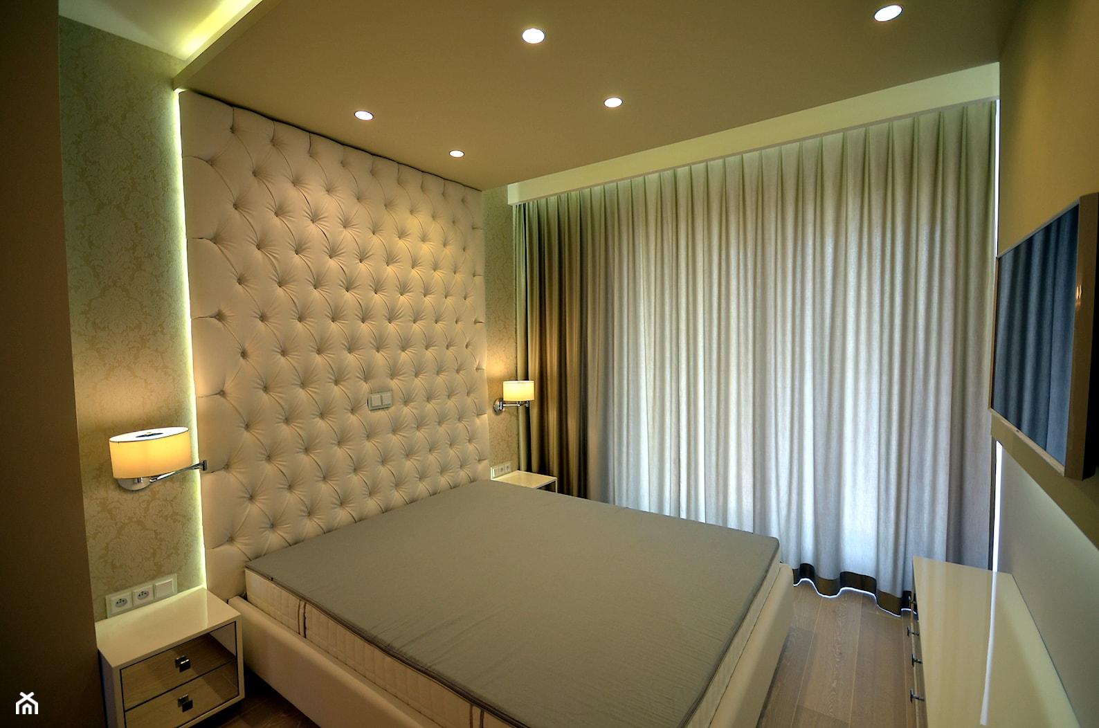 czarno- biały apartament 125m2 - Mała biała sypialnia małżeńska z balkonem / tarasem, styl nowoczesny - zdjęcie od bm2 brzostek maciej - Homebook