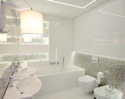 apartament 140m2 - Średnia biała kolorowa łazienka w bloku bez okna, styl minimalistyczny - zdjęcie od bm2 brzostek maciej