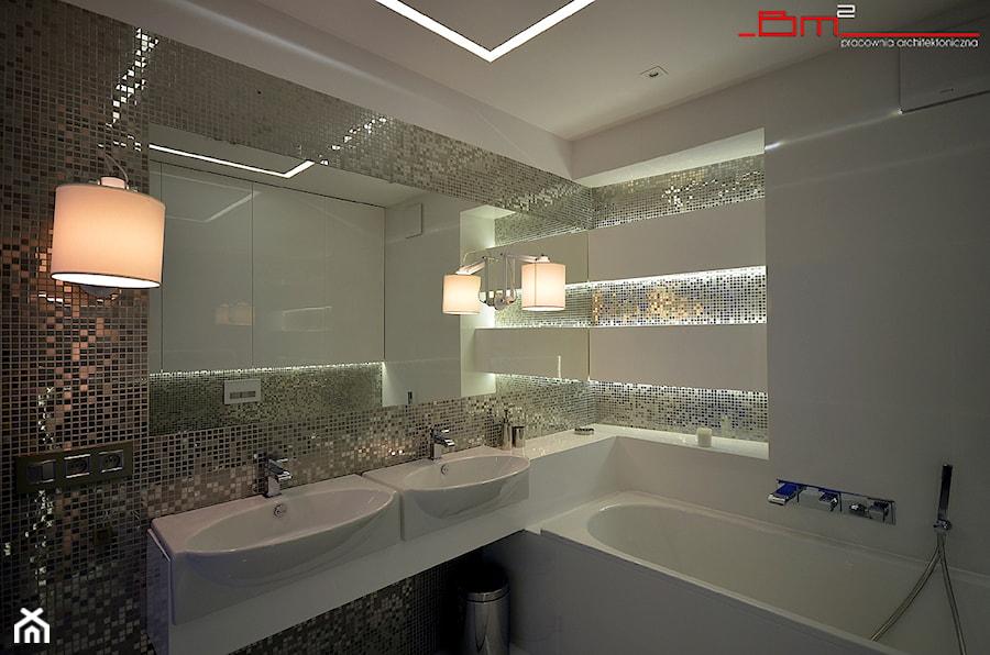 Aranżacje wnętrz - Łazienka: apartament 140m2 - Średnia biała łazienka bez okna, styl minimalistyczny - bm2 brzostek maciej. Przeglądaj, dodawaj i zapisuj najlepsze zdjęcia, pomysły i inspiracje designerskie. W bazie mamy już prawie milion fotografii!
