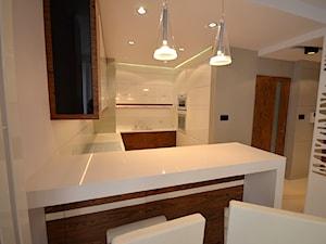 APARTAMENT 85M2 - Średnia otwarta biała kuchnia w kształcie litery u w aneksie, styl nowoczesny - zdjęcie od bm2 brzostek maciej