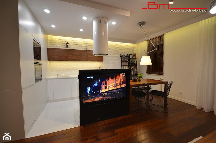 projekt mieszkania 65m2 - Średnia otwarta biała kuchnia w kształcie litery l z wyspą z oknem, styl nowoczesny - zdjęcie od bm2 brzostek maciej