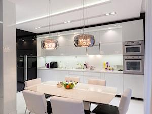 czarno- biały apartament 125m2 - Średnia otwarta biała jadalnia w kuchni, styl nowoczesny - zdjęcie od bm2 brzostek maciej