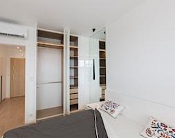 Biała garderoba w sypialni - zdjęcie od OHHOME.ME