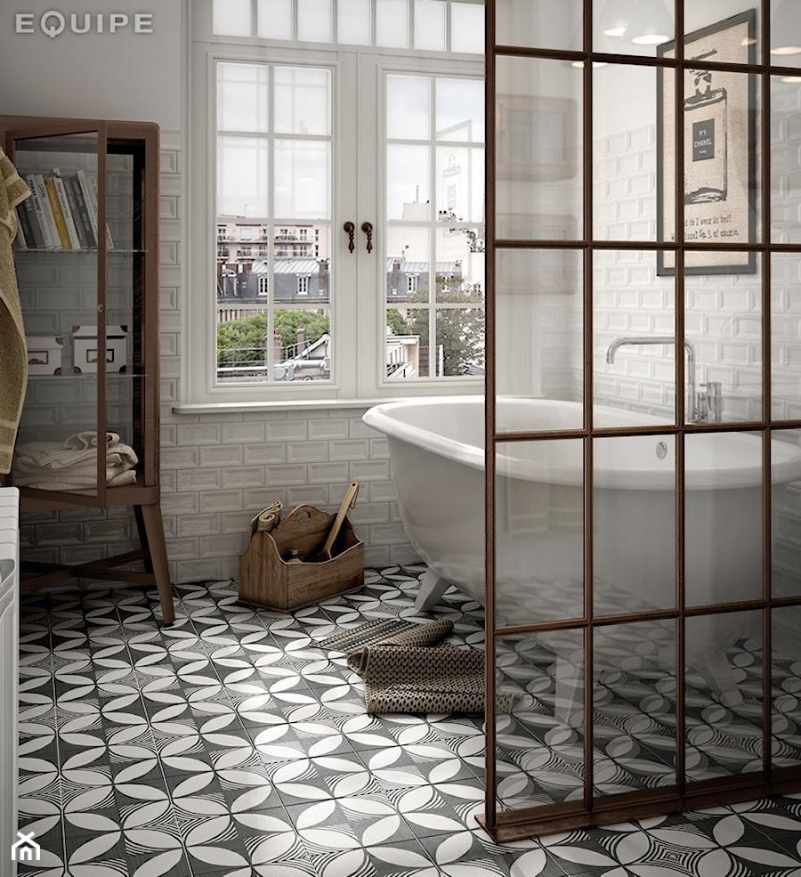 equipe ma a azienka w bloku z oknem styl art deco zdj cie od ispira homebook. Black Bedroom Furniture Sets. Home Design Ideas