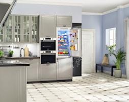 Lodówki - Średnia otwarta biała niebieska kuchnia w kształcie litery l z oknem - zdjęcie od Samsung Electronics Co., Ltd.