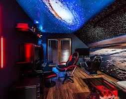 Space Room - Duże czarne niebieskie kolorowe biuro domowe kącik do pracy na poddaszu w pokoju - zdjęcie od Pracownia Projektowa Decoretti - Agata Jachimowicz