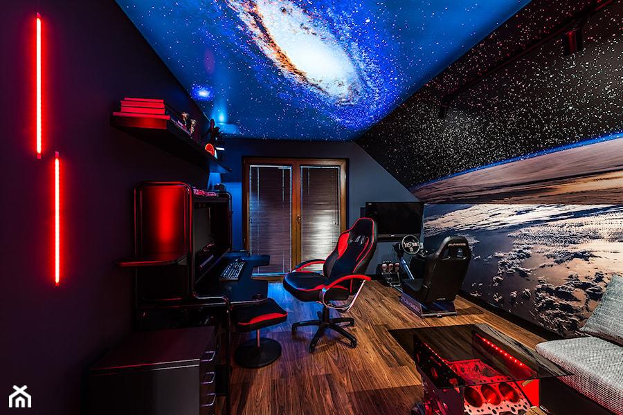 Aranżacje wnętrz - Biuro: Space Room - Duże czarne niebieskie kolorowe biuro domowe kącik do pracy na poddaszu w pokoju - Pracownia Projektowa Decoretti - Agata Jachimowicz. Przeglądaj, dodawaj i zapisuj najlepsze zdjęcia, pomysły i inspiracje designerskie. W bazie mamy już prawie milion fotografii!