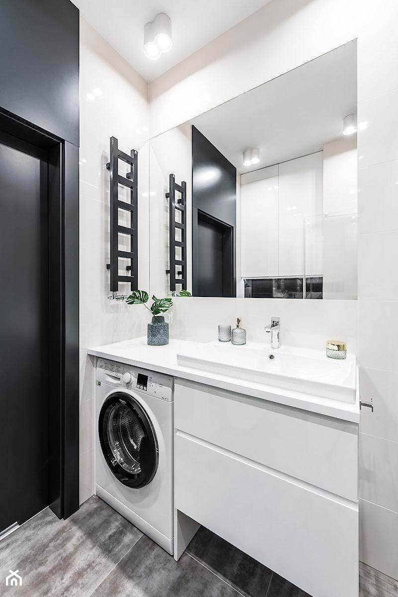 Apartament nad Motławą - Mała biała czarna łazienka na poddaszu w bloku w domu jednorodzinnym bez okna - zdjęcie od Pracownia Projektowa Decoretti - Agata Jachimowicz