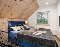 Domy w Jantarze - Mała biała sypialnia małżeńska na poddaszu, styl skandynawski - zdjęcie od Pracownia Projektowa Decoretti - Agata Jachimowicz
