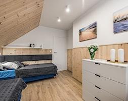 Domy w Jantarze - Średnia biała sypialnia na poddaszu, styl skandynawski - zdjęcie od Pracownia Projektowa Decoretti - Agata Jachimowicz