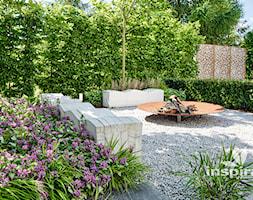 Ogród z nowoczesnym paleniskiem - zdjęcie od Studio projektowe INSPIRACJE