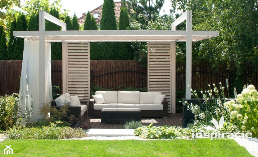 Aranżacje wnętrz - Ogród: Ogród nowoczesny w Wilanowie - Duży ogród za domem z pergolą, styl nowoczesny - Studio projektowe INSPIRACJE. Przeglądaj, dodawaj i zapisuj najlepsze zdjęcia, pomysły i inspiracje designerskie. W bazie mamy już prawie milion fotografii!