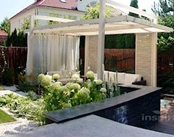 Ogród nowoczesny w Wilanowie - Średni ogród za domem z altaną, styl nowoczesny - zdjęcie od Studio projektowe INSPIRACJE