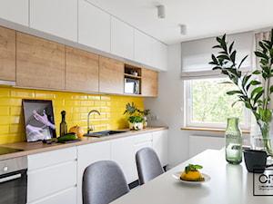 Projekt wnętrza z deską paloną - Średnia biała żółta kuchnia jednorzędowa w aneksie z oknem, styl nowoczesny - zdjęcie od O.Fiedorowicz