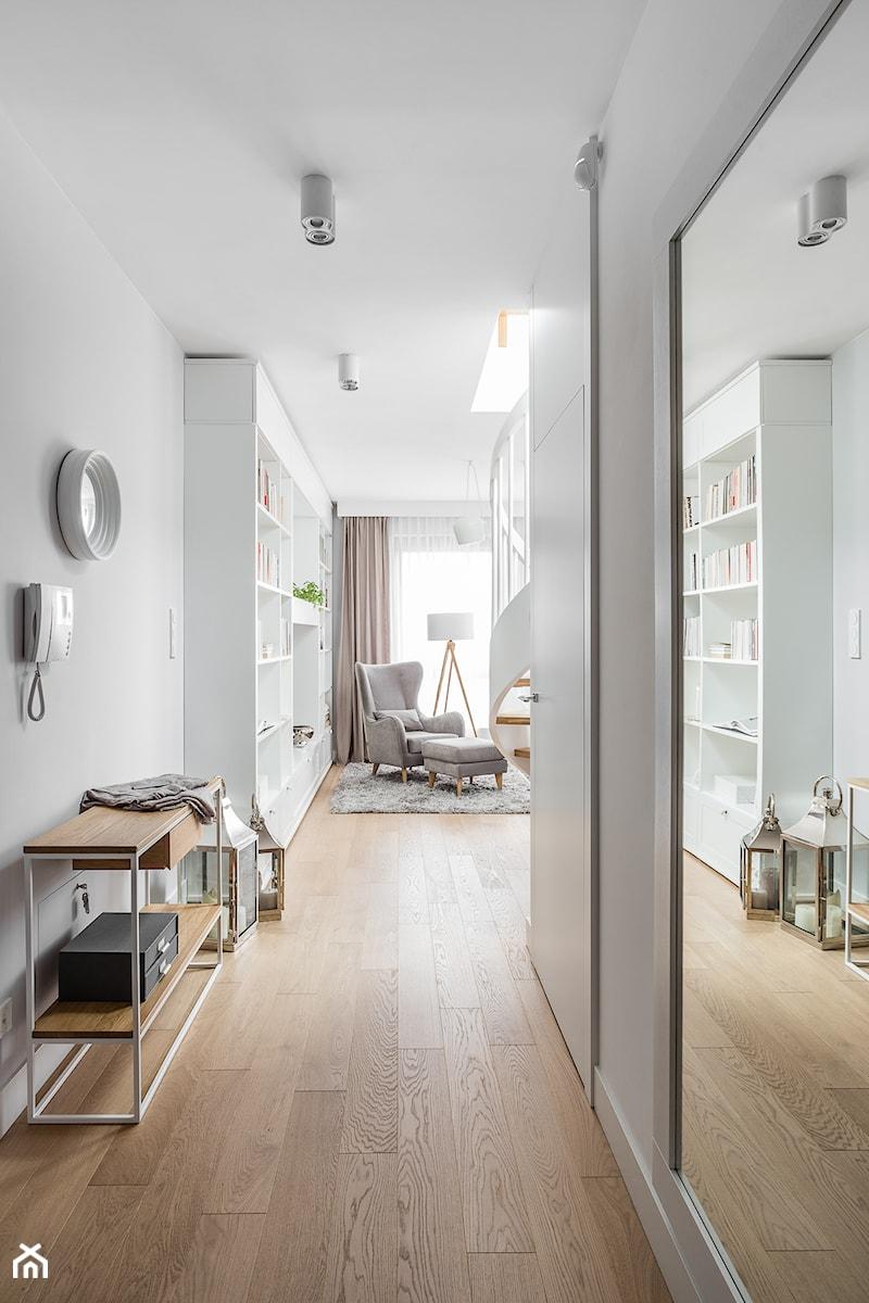 Mieszkanie w stylu Audrey - Średni biały szary hol / przedpokój, styl skandynawski - zdjęcie od MΛKΛ Studio