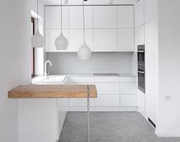 wnętrze apartamentu - Mała otwarta biała kuchnia w kształcie litery g w aneksie, styl minimalistycz ... - zdjęcie od MΛKΛ Studio - Homebook
