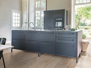 Podłoga drewniana Imperio - Mała otwarta biała beżowa kuchnia dwurzędowa z wyspą - zdjęcie od Quick Step