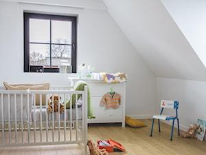 Pokój dziecka - Mały biały pokój dziecka dla chłopca dla dziewczynki dla ucznia dla niemowlaka, styl tradycyjny - zdjęcie od Quick Step