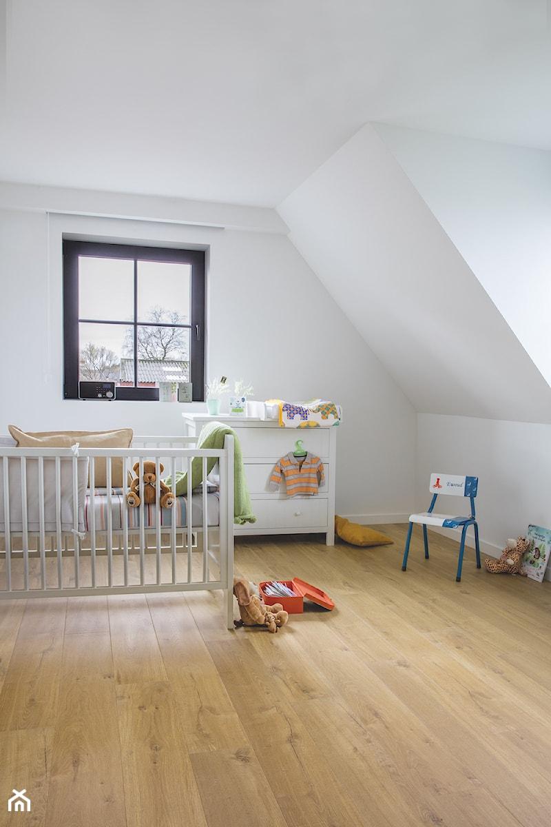 Aranżacje wnętrz - Pokój dziecka: Pokój dziecka - Mały biały pokój dziecka dla chłopca dla dziewczynki dla ucznia dla niemowlaka, styl tradycyjny - Quick Step. Przeglądaj, dodawaj i zapisuj najlepsze zdjęcia, pomysły i inspiracje designerskie. W bazie mamy już prawie milion fotografii!