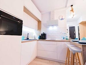 APARTAMENT W STYLU MARYNARSKIM, GDYNIA - Średnia otwarta biała kuchnia w kształcie litery u w aneksie - zdjęcie od an-dzia 4