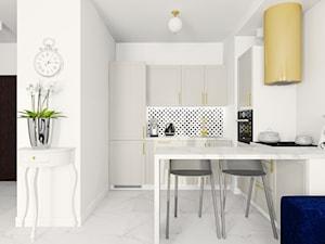Salon z aneksem kuchennym z elementami złota