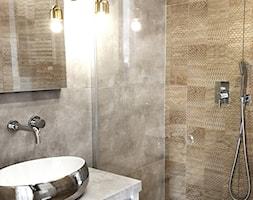 Kawalerka - szarość ze złotą miką - Mała łazienka w bloku w domu jednorodzinnym bez okna, styl nowoczesny - zdjęcie od DelaBartman