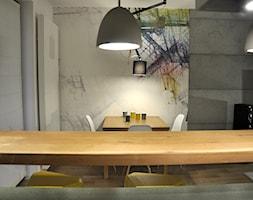MIESZKANIE KRAKÓW - Mała otwarta beżowa szara jadalnia w salonie, styl industrialny - zdjęcie od DelaBartman