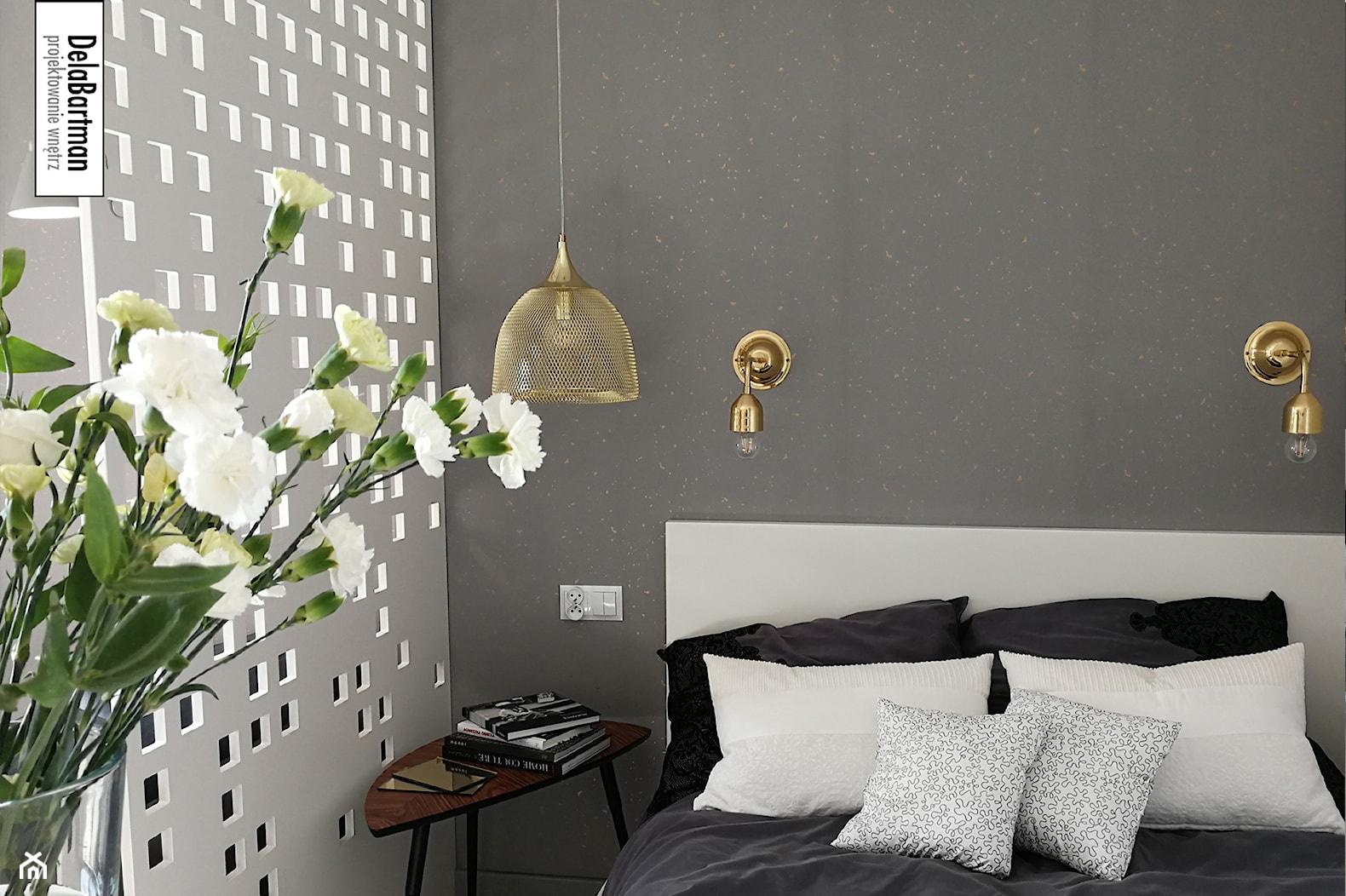 Kawalerka - szarość ze złotą miką - Średnia biała szara sypialnia małżeńska, styl nowoczesny - zdjęcie od DelaBartman - Homebook