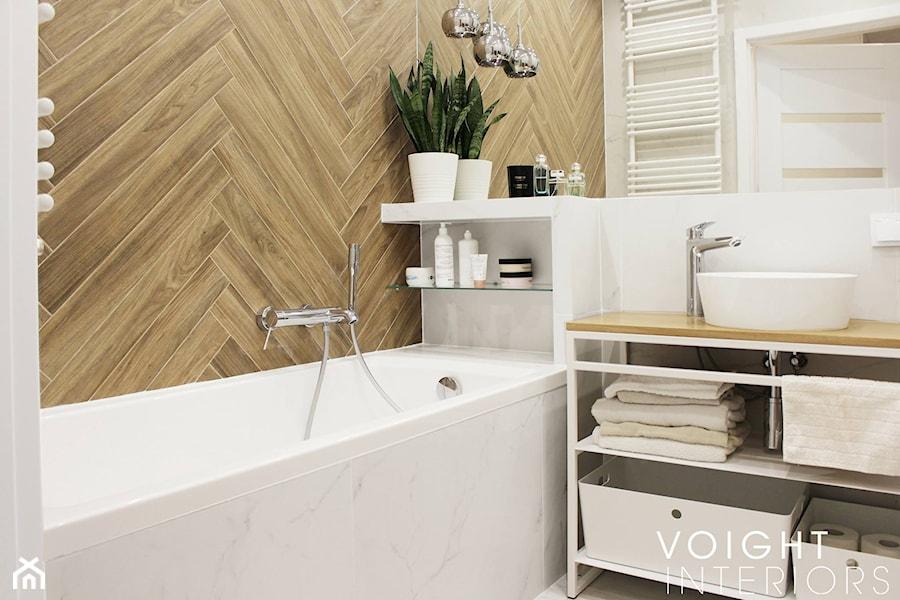 łazienka Z Płytkami Imitującymi Drewno W Jodełkę Mała