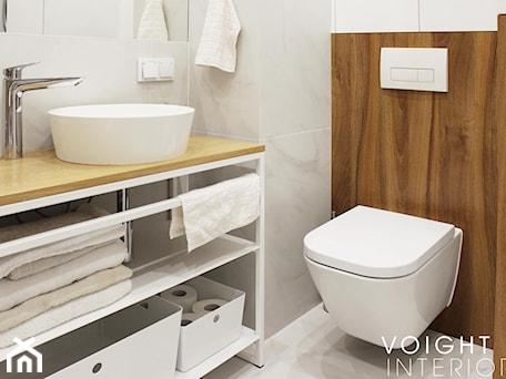 Aranżacje wnętrz - Łazienka: Łazienka z płytkami imitującymi drewno w jodełkę - Mała szara łazienka w bloku w domu jednorodzinnym ... - Voight Interiors. Przeglądaj, dodawaj i zapisuj najlepsze zdjęcia, pomysły i inspiracje designerskie. W bazie mamy już prawie milion fotografii!