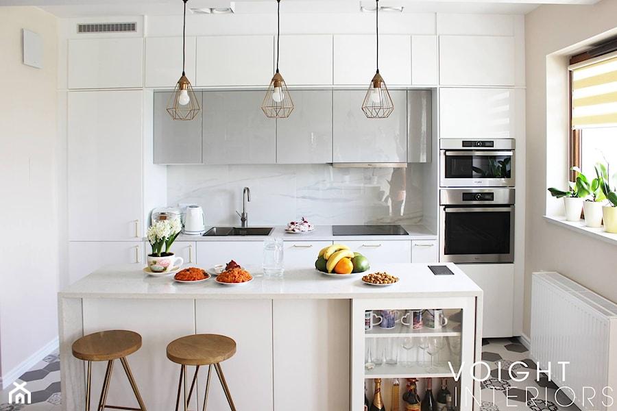 Salon w bloku z aneksem kuchennym. Płytki heksagony, kuchnia ikea. - Mała wąska beżowa kuchnia dwurz ... - zdjęcie od Voight Interiors