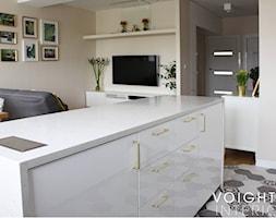 Salon w bloku z aneksem kuchennym. Płytki heksagony, kuchnia ikea. - Średnia otwarta szara kuchnia j ... - zdjęcie od Voight Interiors - Homebook