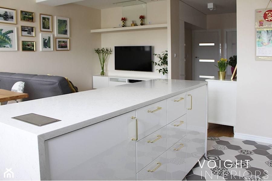 Salon w bloku z aneksem kuchennym. Płytki heksagony, kuchnia ikea. - Średnia otwarta szara kuchnia j ... - zdjęcie od Voight Interiors