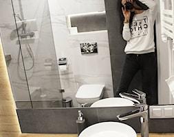 Łazienka z prysznicem w mieszkaniu na wynajem na doby - Mała biała czarna łazienka w bloku w domu je ... - zdjęcie od Voight Interiors - Homebook