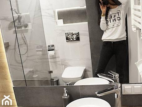 Aranżacje wnętrz - Łazienka: Łazienka z prysznicem w mieszkaniu na wynajem na doby - Mała biała czarna łazienka w bloku w domu jednorodzinnym bez okna, styl skandynawski - Voight Interiors. Przeglądaj, dodawaj i zapisuj najlepsze zdjęcia, pomysły i inspiracje designerskie. W bazie mamy już prawie milion fotografii!