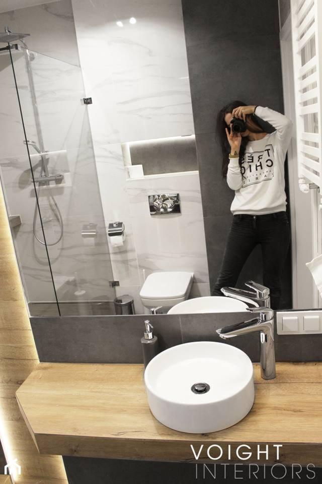 Łazienka z prysznicem w mieszkaniu na wynajem na doby - Mała biała czarna łazienka w bloku w domu je ... - zdjęcie od Voight Interiors