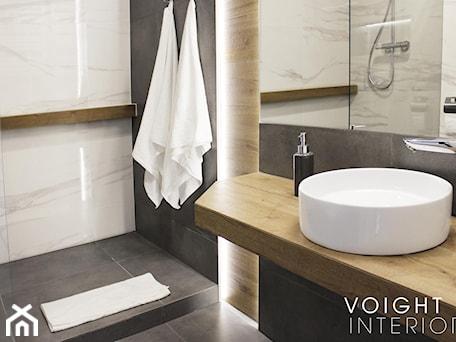 Aranżacje wnętrz - Łazienka: Łazienka z prysznicem w mieszkaniu na wynajem na doby - Średnia biała czarna łazienka w bloku w domu jednorodzinnym bez okna - Voight Interiors. Przeglądaj, dodawaj i zapisuj najlepsze zdjęcia, pomysły i inspiracje designerskie. W bazie mamy już prawie milion fotografii!