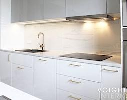 Salon w bloku z aneksem kuchennym. Płytki heksagony, kuchnia ikea. - Średnia kuchnia jednorzędowa w ... - zdjęcie od Voight Interiors - Homebook