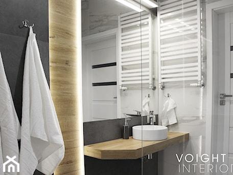 Aranżacje wnętrz - Łazienka: Łazienka z prysznicem w mieszkaniu na wynajem na doby - Mała czarna szara łazienka w bloku w domu jednorodzinnym bez okna - Voight Interiors. Przeglądaj, dodawaj i zapisuj najlepsze zdjęcia, pomysły i inspiracje designerskie. W bazie mamy już prawie milion fotografii!