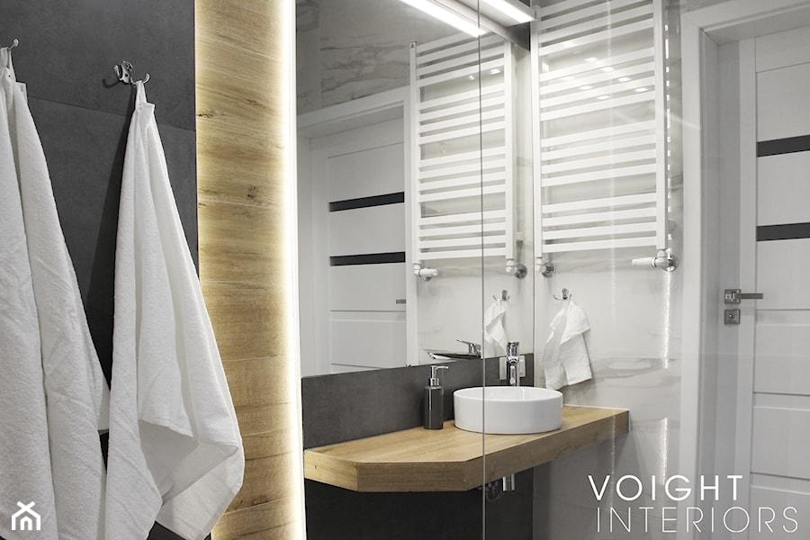 Łazienka z prysznicem w mieszkaniu na wynajem na doby - Mała czarna szara łazienka w bloku w domu jednorodzinnym bez okna - zdjęcie od Voight Interiors