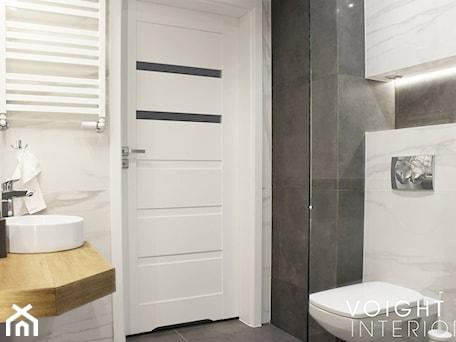 Aranżacje wnętrz - Łazienka: Łazienka z prysznicem w mieszkaniu na wynajem na doby - Mała biała czarna łazienka w bloku w domu je ... - Voight Interiors. Przeglądaj, dodawaj i zapisuj najlepsze zdjęcia, pomysły i inspiracje designerskie. W bazie mamy już prawie milion fotografii!