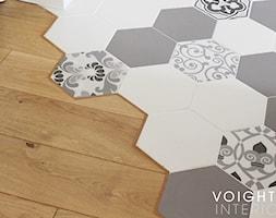 Salon w bloku z aneksem kuchennym. Płytki heksagony, kuchnia ikea. - Kuchnia, styl skandynawski - zdjęcie od Voight Interiors - Homebook