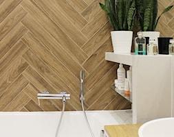 Łazienka z płytkami imitującymi drewno w jodełkę - Mała biała łazienka w bloku w domu jednorodzinnym ... - zdjęcie od Voight Interiors - Homebook
