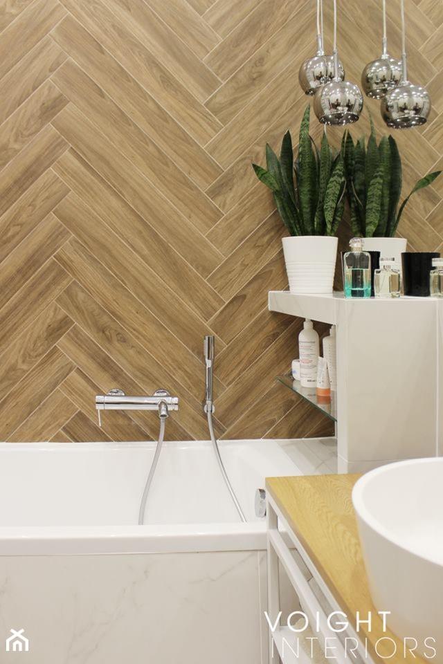 Łazienka z płytkami imitującymi drewno w jodełkę - Mała biała łazienka w bloku w domu jednorodzinnym ... - zdjęcie od Voight Interiors