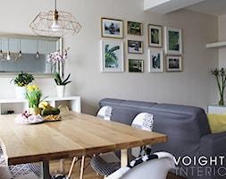 Salon w bloku z aneksem kuchennym. Płytki heksagony, kuchnia ikea. - Średni beżowy salon z jadalnią, ... - zdjęcie od Voight Interiors - Homebook
