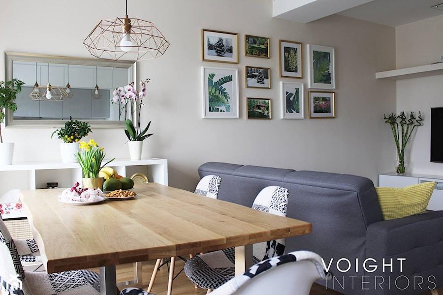 Salon w bloku z aneksem kuchennym. Płytki heksagony, kuchnia ikea. - Średni beżowy salon z jadalnią, ... - zdjęcie od Voight Interiors