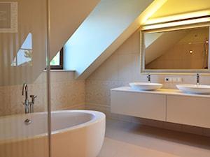Łazienka w beżach - Średnia biała łazienka na poddaszu w domu jednorodzinnym z oknem, styl klasyczny - zdjęcie od SUARE STUDIO Natalia Margraf-Wojciechowska