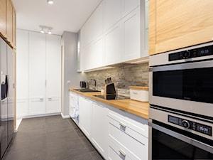 Mieszkanie przy Parku Szczęśliwickim - Duża otwarta wąska beżowa szara kuchnia dwurzędowa, styl nowoczesny - zdjęcie od MODIFY - Architektura Wnętrz