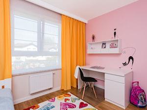 Mieszkanie na Białołęce 107m2 - Mały beżowy różowy pokój dziecka dla dziewczynki dla ucznia dla malucha dla nastolatka, styl nowoczesny - zdjęcie od MODIFY - Architektura Wnętrz