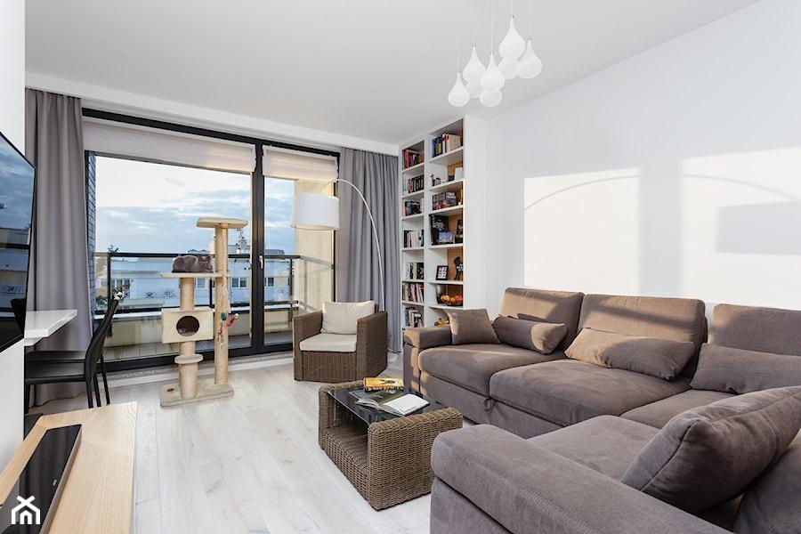 Mieszkanie przy Parku Szczęśliwickim - Średni biały salon z bibiloteczką z tarasem / balkonem, styl nowoczesny - zdjęcie od MODIFY - Architektura Wnętrz